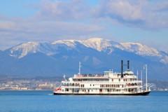 雪山と遊覧船