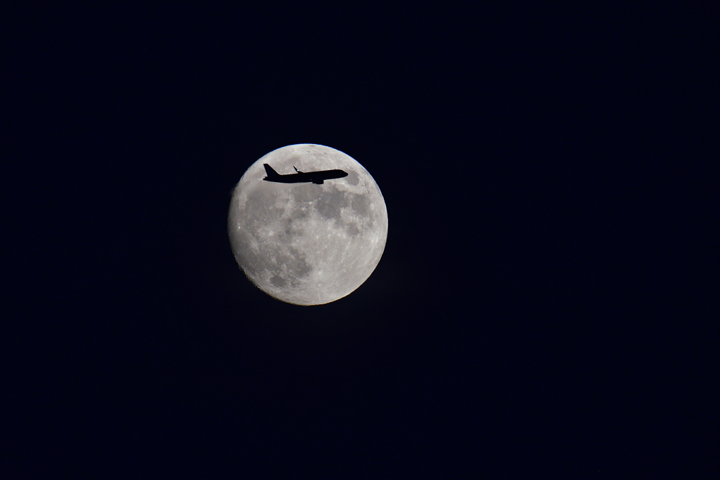 月と航空機