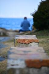 海を眺めながら休むおじさま