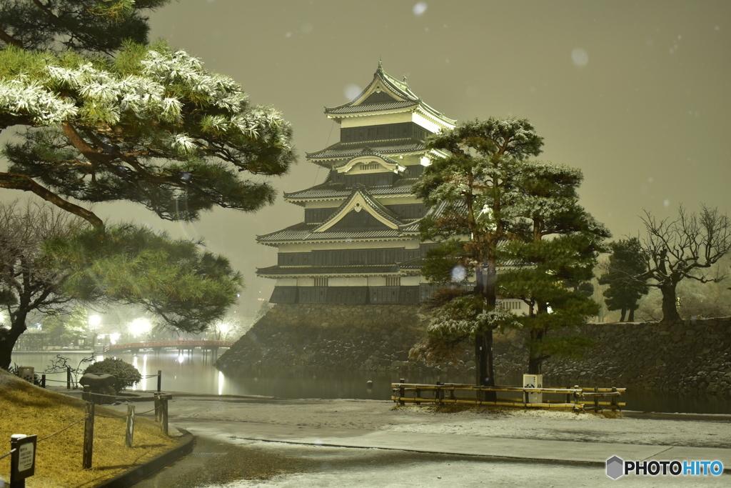 雪夜の烏城