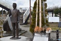 八郎像と三匹の猫