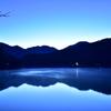 夜明けの美鈴湖