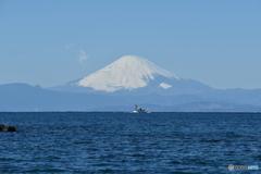 漁船と大霊峰