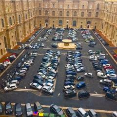 ヴァチカン美術館の駐車場はトミカ