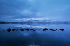 梅雨雲の諏訪湖