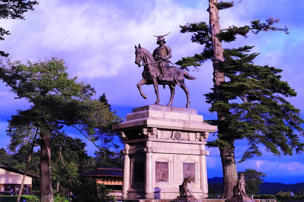 朝日を浴びる騎馬像