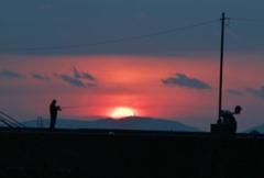 夜明の釣り人