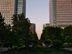 夕日に照らされるビル街