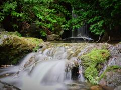 街のど真ん中の小さな滝