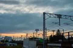 セメント工場と夕焼けの中を直走る特急列車