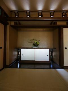 光を浴びる和室