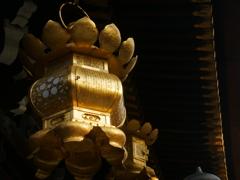 金色の吊灯籠