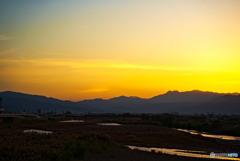 朝日に染まり始める山々