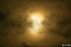 薄雲の中の日食