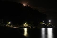 月もまた昇る。