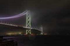 雨の明石大橋。