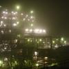霧の工場夜景。