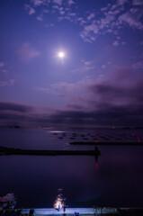 漁港と月と釣り人と。