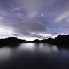 梅雨の空と湖。