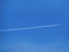 長く延びる飛行機雲