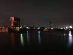 水門と工場夜景