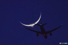 或る時のお月様と飛行機 (旅客機)