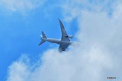 白い雲に呑み込まれる旅客機