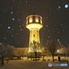 雪景色を照らす水道タンク