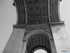 パリ 凱旋門を見上げる