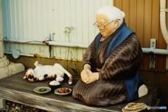 オールドレンズで  ばあちゃんと三毛猫