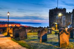 港を見守る修道院