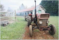 牧場のトラクター