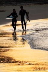 夕日の輝く海岸で
