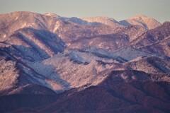 朝日を浴びる丹沢山と蛭ヶ岳