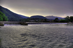 桂川の堰と嵐山の夕景