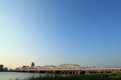 夕日を浴びる十三大橋