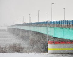 吹雪く河口大橋