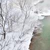 吹雪く川岸