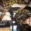 オブジェに映る街 東京丸の内の風景写真 EOS RP RF35mmF1.8