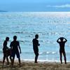 岩屋海岸2020 6月-2 少年達と光る海