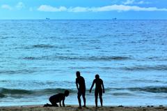 岩屋海岸2020 6月-2 少年達と貨物船