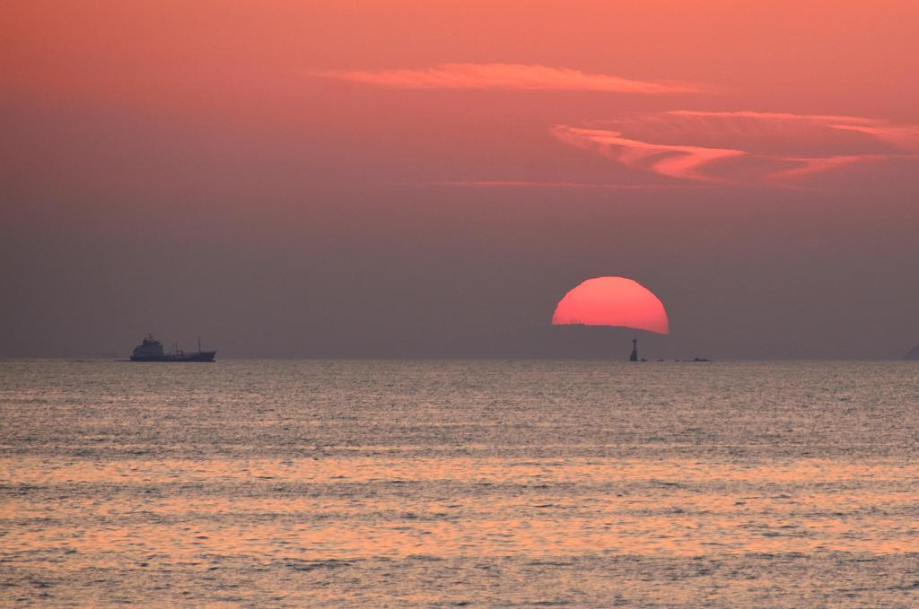 櫻井二見が浦2021 4月 夕陽と貨物船