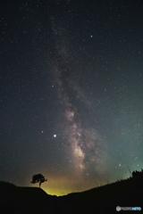 夜の空に横たわる