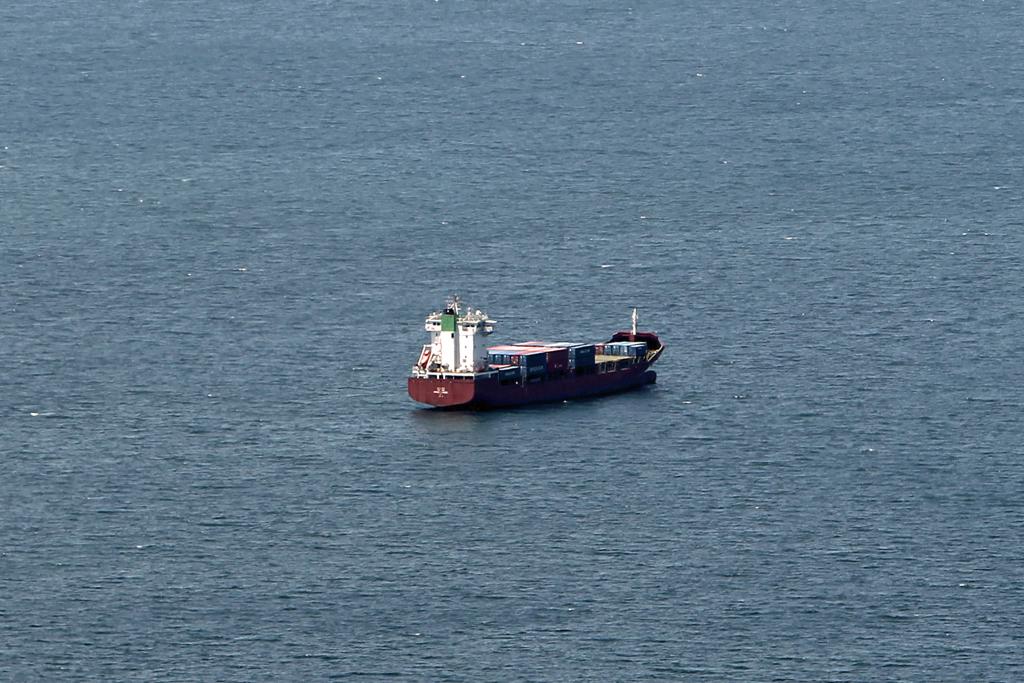 瀬戸内沖合に停泊する貨物船