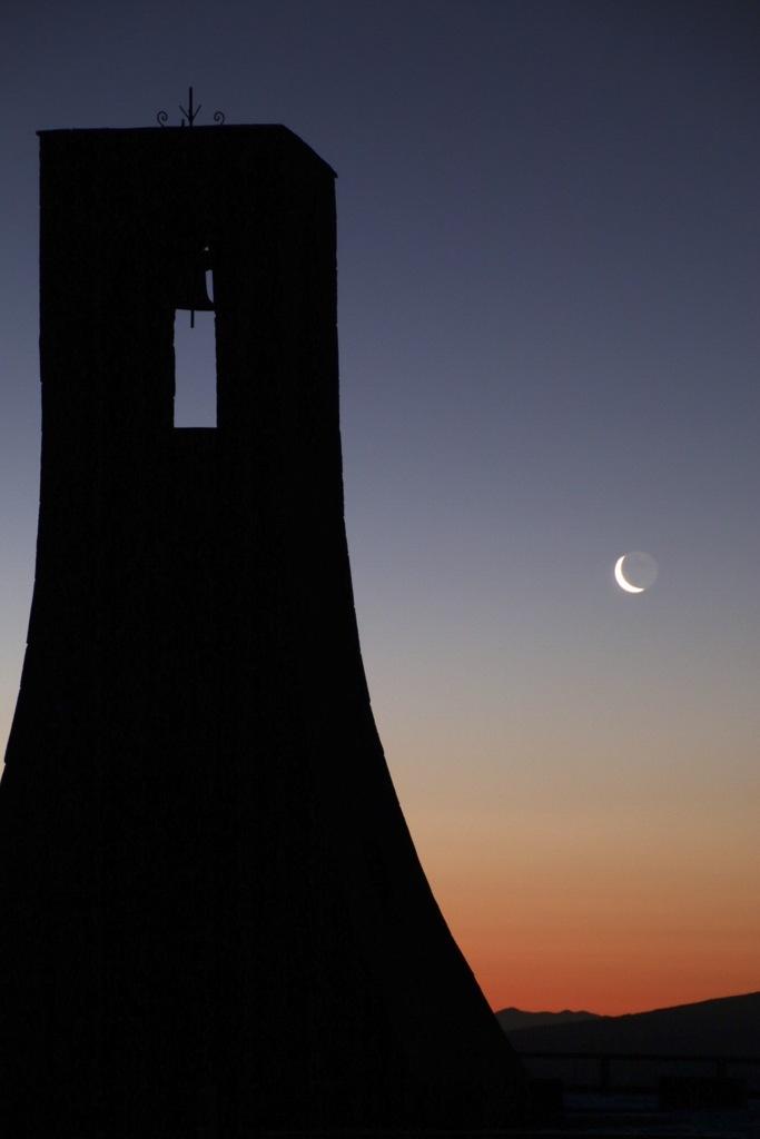 美しの塔と月
