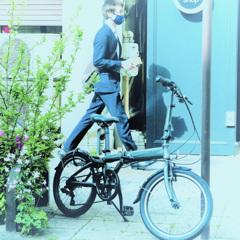歩道の自転車を撮ったら人が通った!