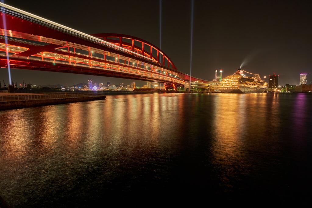 飛鳥II号が見える神戸港。