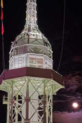 月と旧神戸港信号所です。