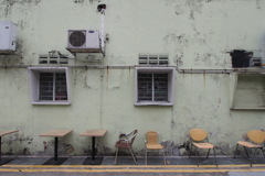 椅子とテーブルと壁