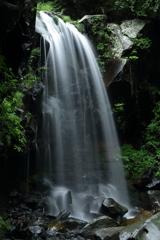 梅雨空の赤滝